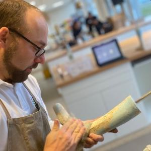 Jürgen, unser Orthopädietechnikmeister bereitet hier ein Gipspositiv für das Tiefziehen einer Knöchel-Fuß-Orthese vor.